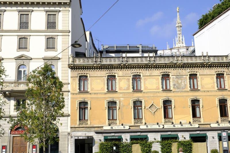 Bâtiment résidentiel historique à Milan l'Italie images stock