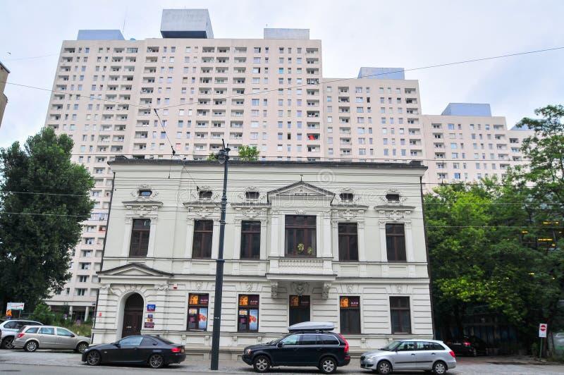 Bâtiment résidentiel historique dans les appartements de premier plan à l'arrière-plan, bâtiments communistes en béton photographie stock