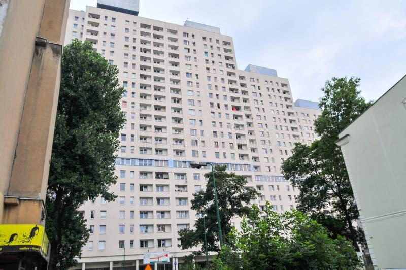 Bâtiment résidentiel historique dans les appartements de premier plan à l'arrière-plan, bâtiments communistes en béton photo libre de droits