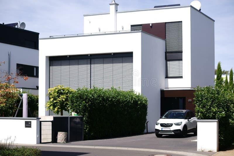 Bâtiment résidentiel moderne avec le garage photos stock