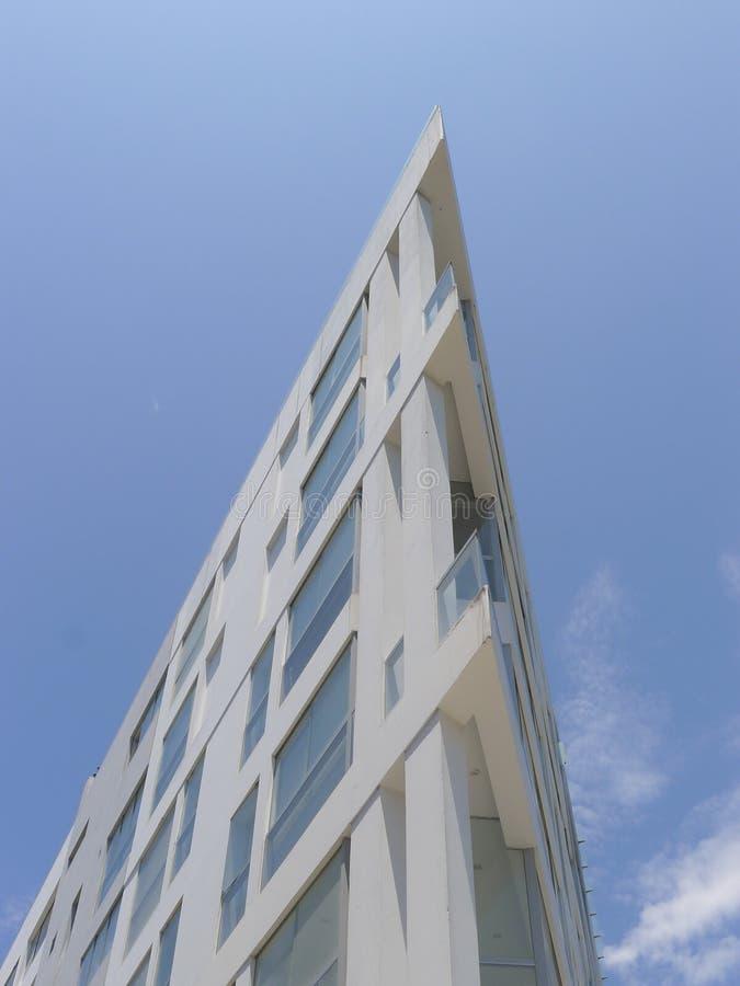 Bâtiment résidentiel moderne blanc avec le coin aigu images stock