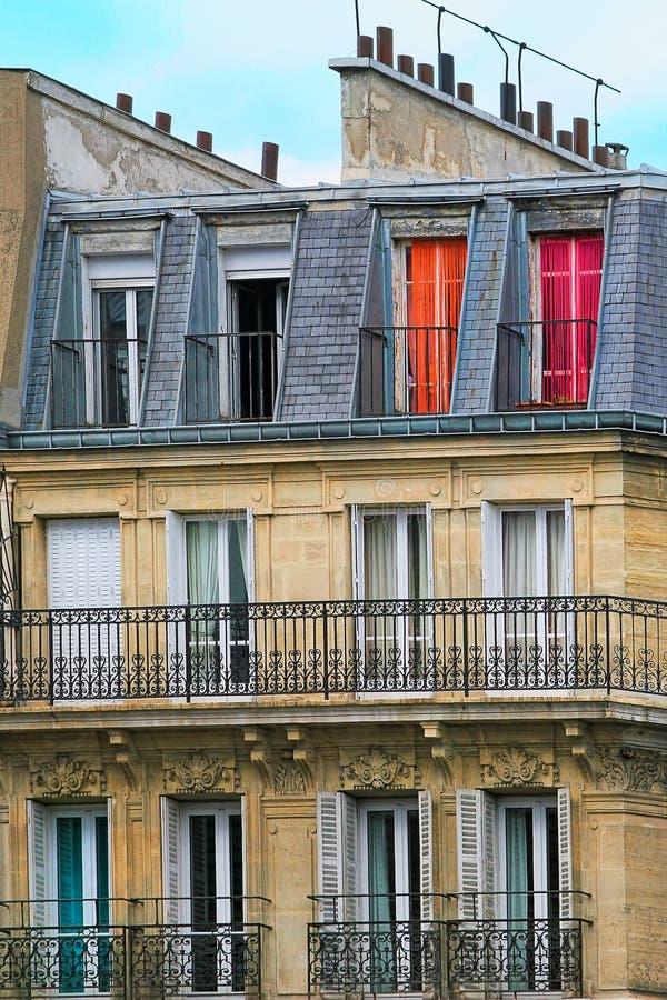 Bâtiment résidentiel parisien typique. photo stock