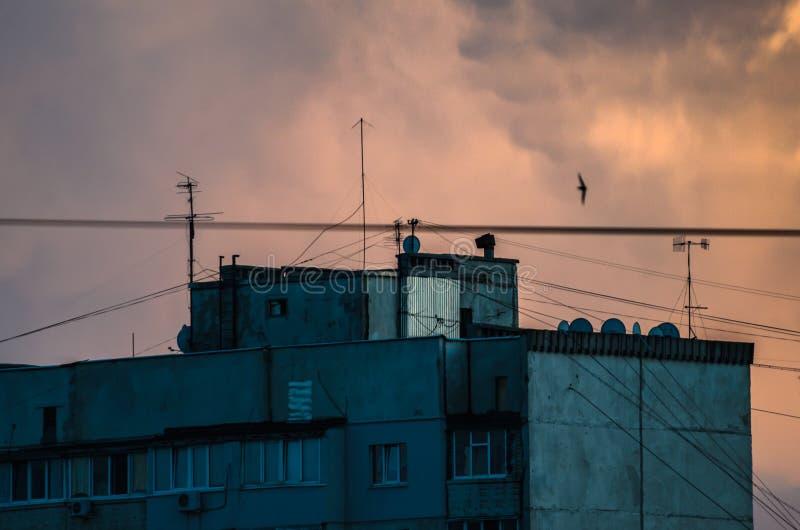 Bâtiment résidentiel sur un beau grand ciel orange de coucher du soleil photographie stock libre de droits