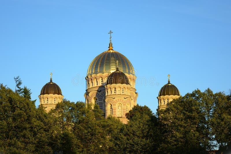 Bâtiment religieux, cathédrale chrétienne orthodoxe avec les DOM d'or photo libre de droits
