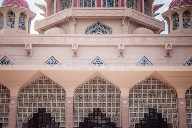 Bâtiment rose célèbre d'architecture de mosquée de Putra image stock