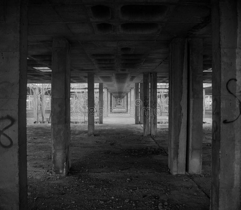 Bâtiment ruiné avec un chemin du ` s de colonne en noir et blanc images stock