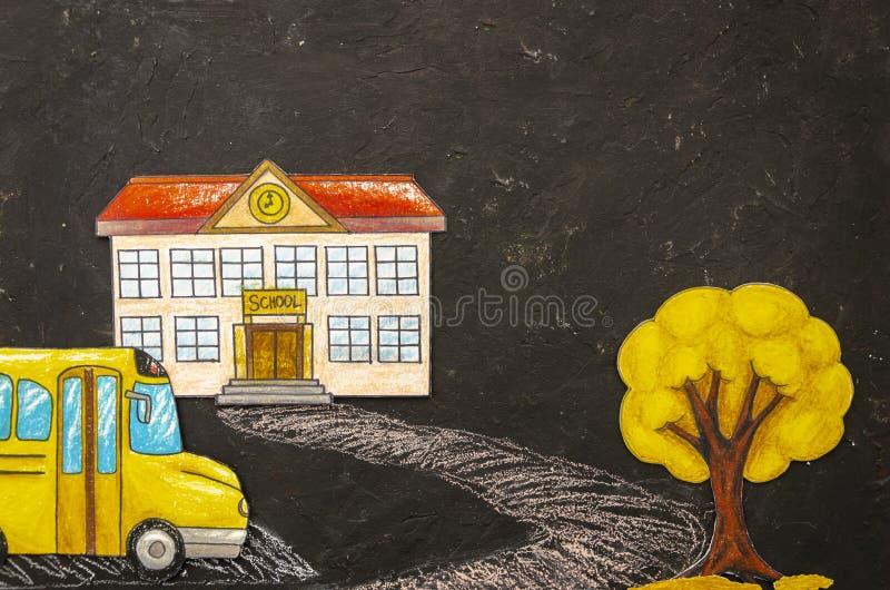 Bâtiment scolaire de dessin coloré de maquette de vue supérieure avec l'autobus et arbre sur un tableau noir avec l'espace de cop photos stock