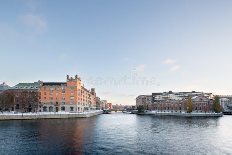 Bâtiment suédois du Parlement et bâtiment de Rosenbad à Stockholm image libre de droits