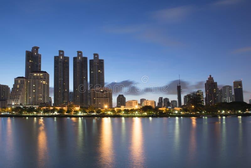 Bâtiment sur la lumière de début de la matinée du parc de Benjakiti à Bangkok images stock