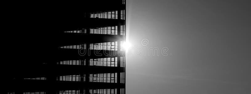 Bâtiment sur le fond du Sun photo libre de droits