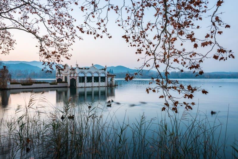 Bâtiment typique dans le lac de Banyoles pendant un coucher du soleil photographie stock libre de droits