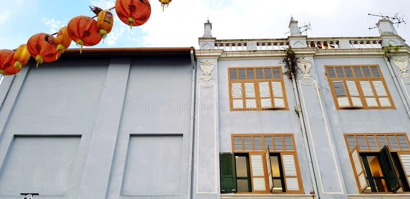 Bâtiment vintage gris à Chinatown avec ciel et nuages blancs à Singapour, Singapour photographie stock libre de droits