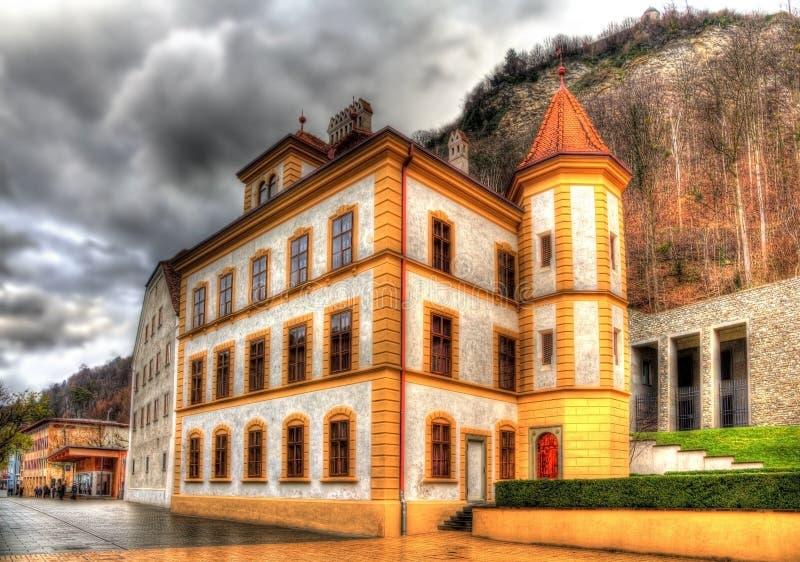 Bâtiments à la place de Peter Kaiser à Vaduz photo stock