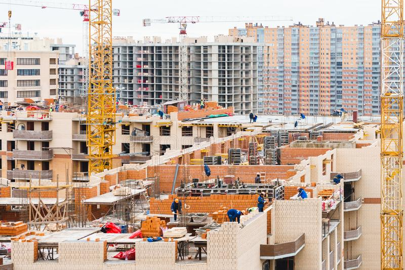 Bâtiments à plusiers étages en construction et grues photos stock
