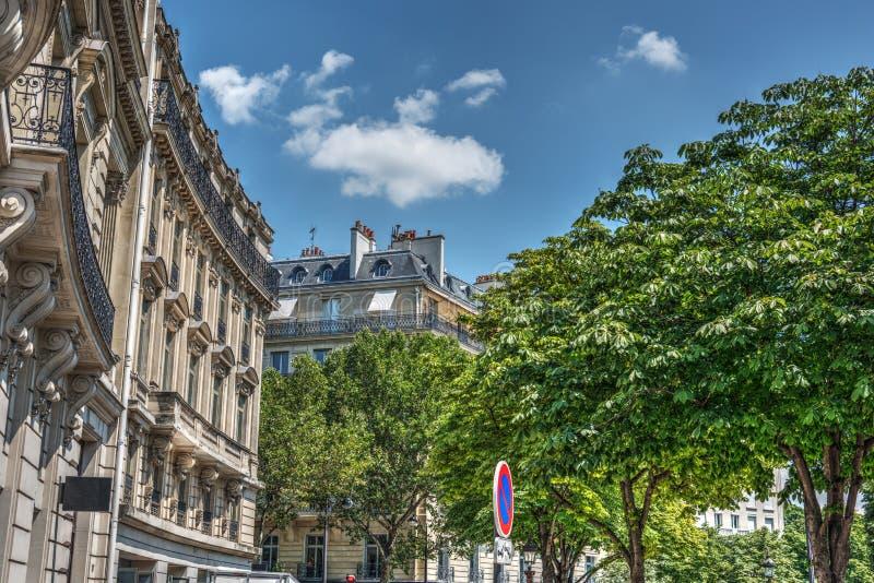 Bâtiments élégants dans Champs-Elysees de renommée mondiale image libre de droits