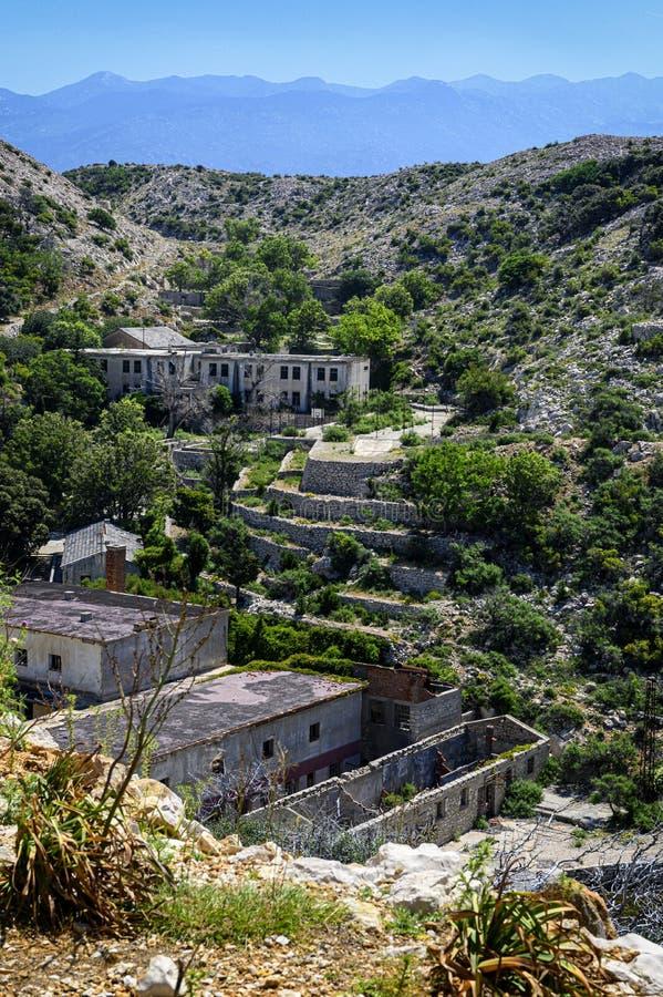 Bâtiments abandonnés sur l'otok de Goli, prison politique en Yougoslavie ex photographie stock libre de droits