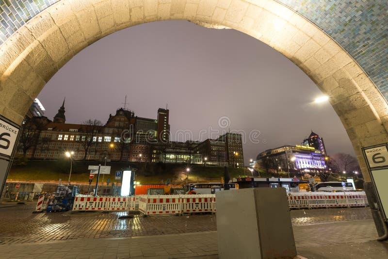 Bâtiments Allemagne d'avant de port de Hambourg la nuit photo stock