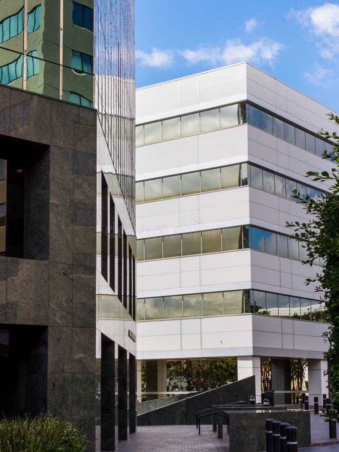Bâtiments au centre d'affaires le temps clair photos stock