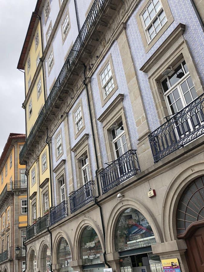 Bâtiments avec les tuiles portugaises sur les façades à Porto images stock