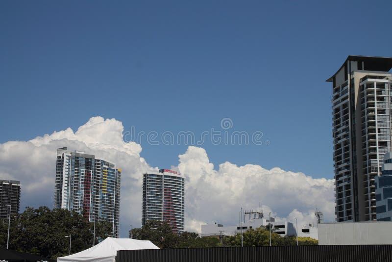 bâtiments ayant beaucoup d'étages et cumulus image libre de droits