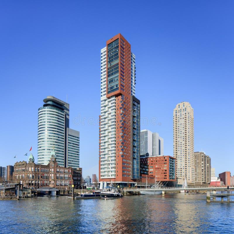 Bâtiments ayant beaucoup d'étages modernes chez Kop van Zuid, Rotterdam, Hollandes photo stock