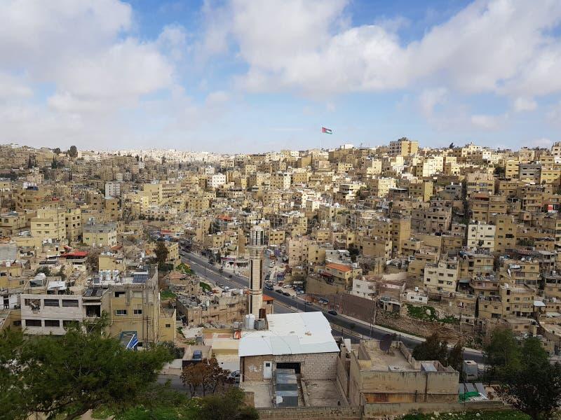 Bâtiments blancs d'Amman's et le drapeau jordanien images stock