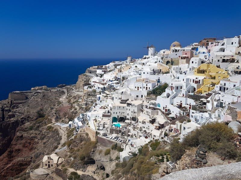 Bâtiments blancs de Santorini, Grèce images stock