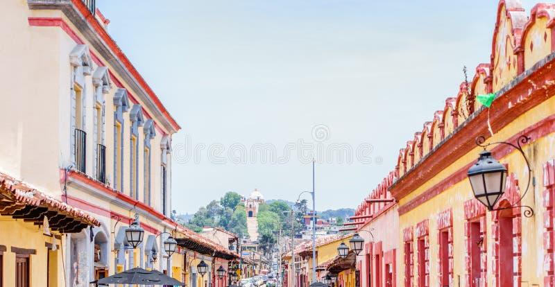 Bâtiments coloniaux dans les rues de San Cristobal de Las Casas au Mexique image libre de droits