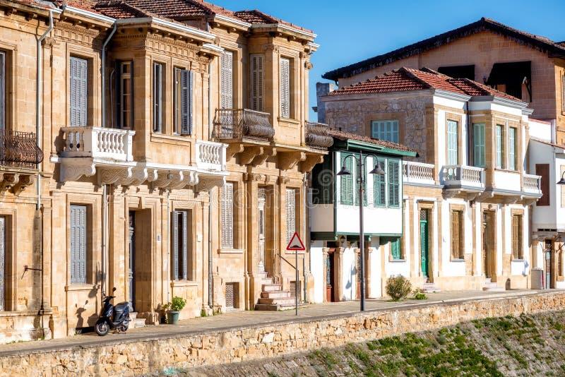 Bâtiments coloniaux de style dans la rue de Zahra Nicosia, Chypre photos libres de droits
