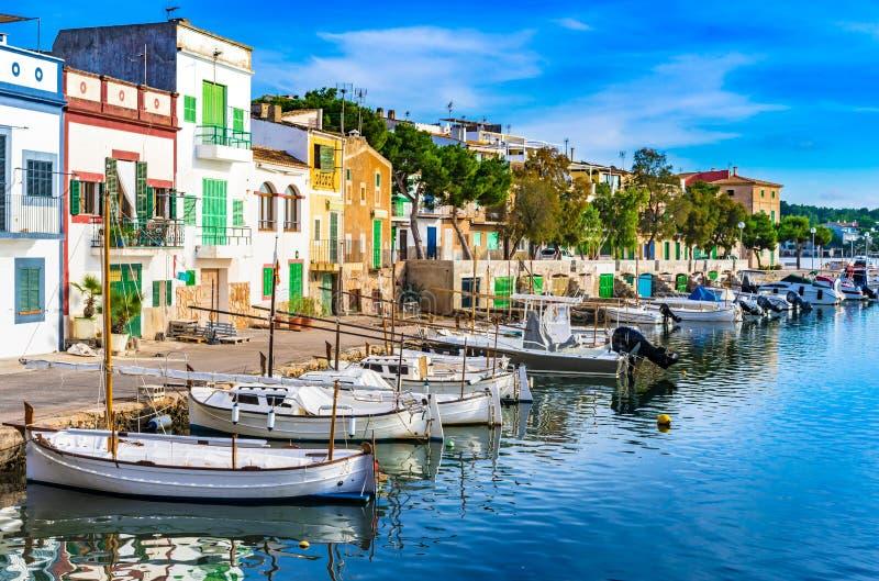 Bâtiments colorés au vieux village de port de pêche de Porto Coloam, île de Majorca photos stock