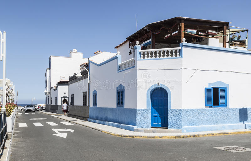 Bâtiments colorés chez Puerto de las Nieves, sur mamie Canaria photographie stock libre de droits