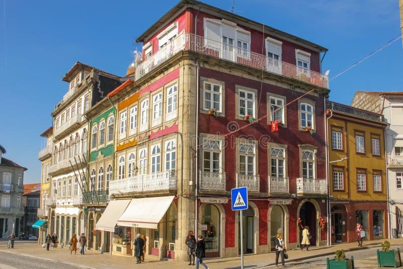 Bâtiments colorés dans la place de Toural Guimaraes portugal images libres de droits