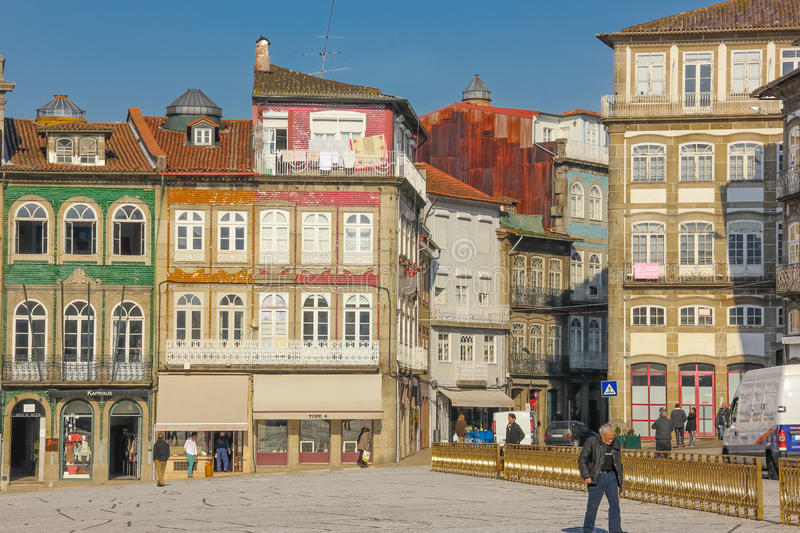 Bâtiments colorés dans la place de Toural Guimaraes portugal image stock