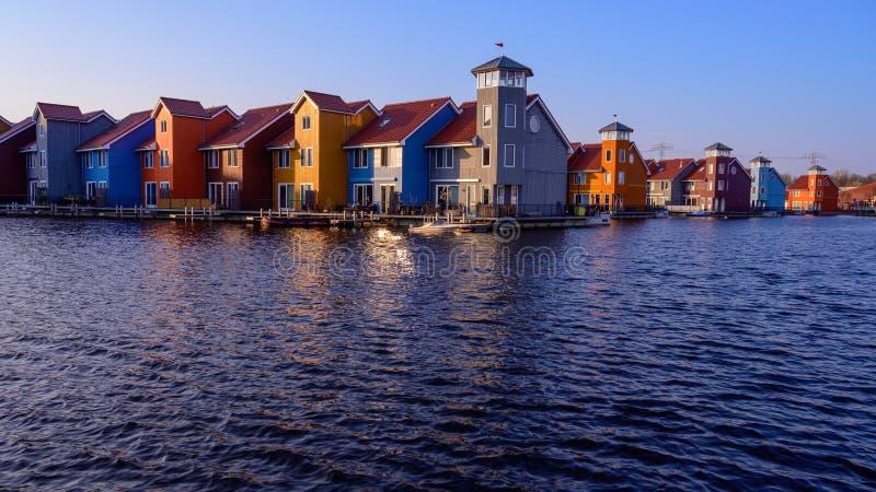 Bâtiments colorés fantastiques sur l'eau, Groningue, Pays-Bas images stock