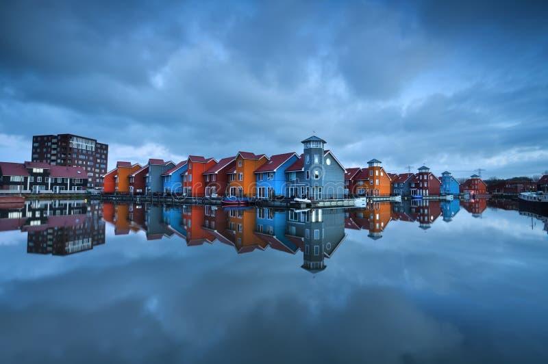 Bâtiments colorés sur l'eau à Groningue photographie stock