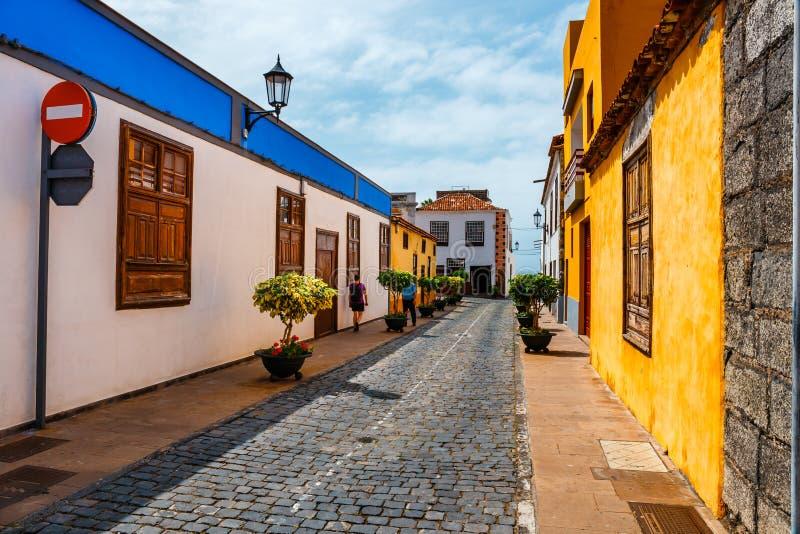 Bâtiments colorés sur les rues de Garachico, Ténérife, Espagne image libre de droits