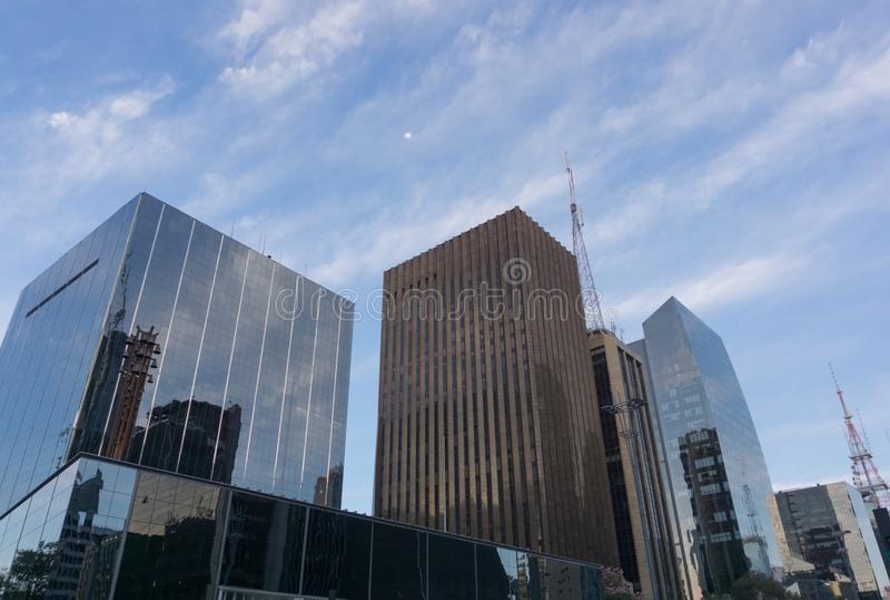 Bâtiments commerciaux dans le jour de ciel bleu photos stock