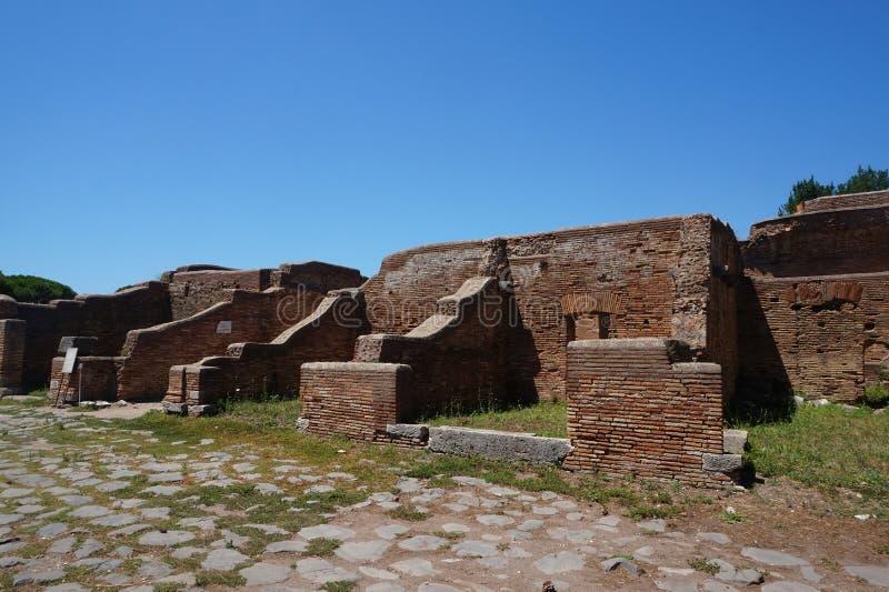 B?timents commerciaux de ville antique d'Ostia Antica Rome - l'Italie photographie stock libre de droits