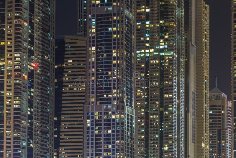 Bâtiments dans la marina de Dubaï - nightview photo stock