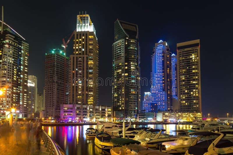 Bâtiments dans la marina de Dubaï - nightview photos libres de droits