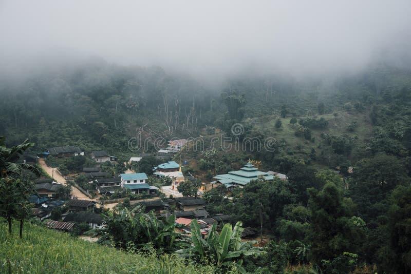 Bâtiments dans le village de montagne Jour brumeux, paysage de village de vue supérieure images stock