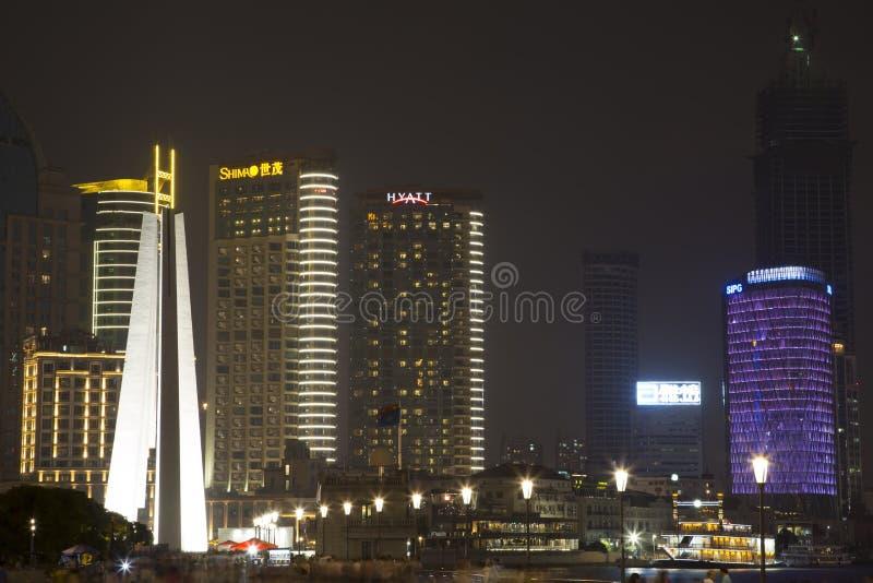 Download Bâtiments De Changhaï Au Fond De Nuit Image stock éditorial - Image du visiteurs, porcelaine: 45351099