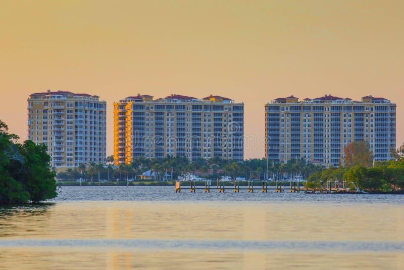 Bâtiments de condominium dans le sud-ouest la Floride au coucher du soleil photographie stock