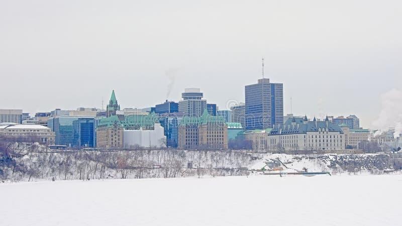 Bâtiments de court suprême d'Ottawa et tours de bureau sur une colline le long de rivière d'Ottawa photographie stock