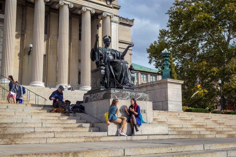 Bâtiments de la bibliothèque d'Université de Columbia avec les colonnes et la statue d'Alma Mater photographie stock libre de droits