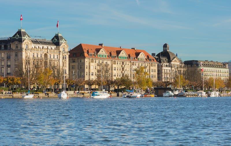 Bâtiments de la ville de Zurich le long de coucher du soleil d'iat de Zurich de lac photographie stock