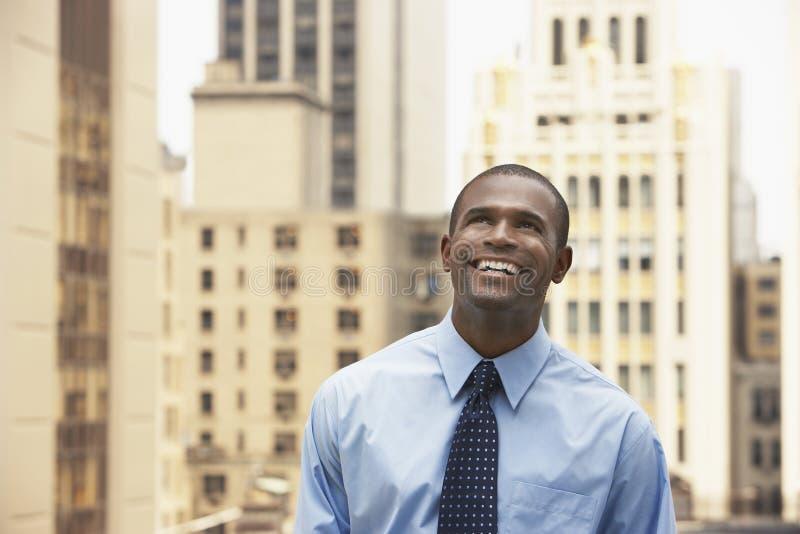 Bâtiments de Looking Up Against d'homme d'affaires d'afro-américain photographie stock libre de droits