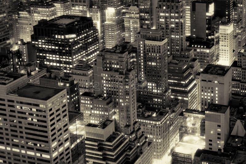 Bâtiments de New York City illuminés la nuit images stock