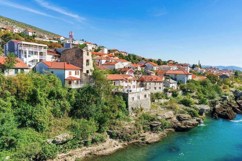 Bâtiments de rive à Mostar image libre de droits