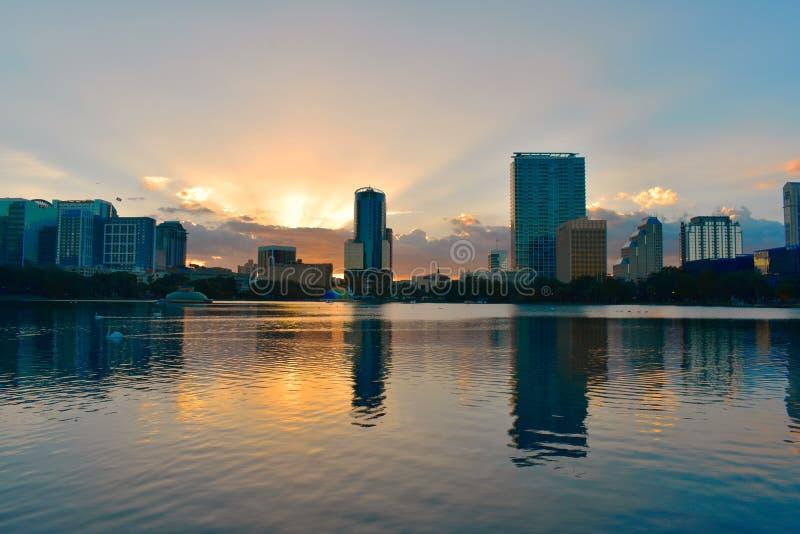 Bâtiments du centre d'Orlando devant le parc de lac Eola sur le beau coucher du soleil image stock